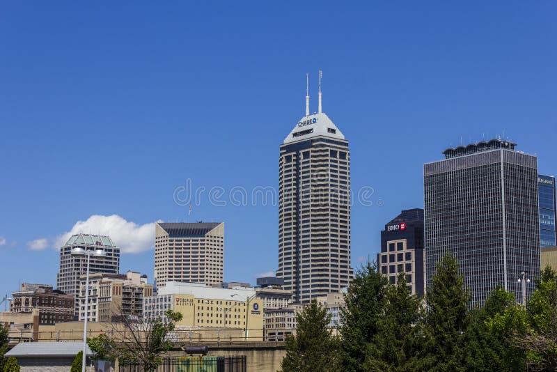 Indianapolis - circa im August 2016: Im Stadtzentrum gelegene Skyline Indianapolis auf Sunny Day I lizenzfreie stockbilder