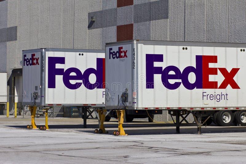Indianapolis - circa im Februar 2016: Federal- Expresslkws in den Verladedocks VI stockfotos