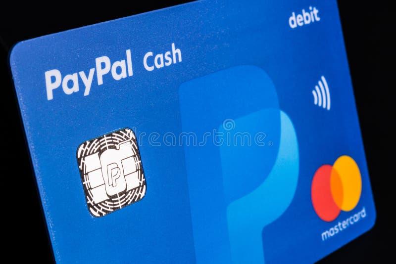 Indianapolis - circa im Juli 2018: Paypal-Debet-Geldautomatenkarte mit MasterCard-Logo Paypal bietet eine digitale Zahlungsplattf lizenzfreie stockbilder