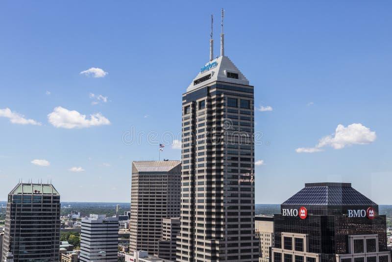 Indianapolis - circa im Juni 2017: Im Stadtzentrum gelegene Skyline Indianapolis auf Sunny Day einschließlich den Salesforce-Turm lizenzfreie stockfotos