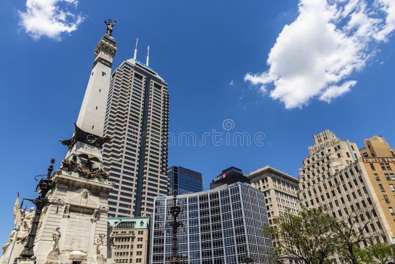 Indianapolis - circa im Juni 2017: Im Stadtzentrum gelegene Skyline Indianapolis auf Sunny Day vom Monument-Kreis einschließlich  lizenzfreie stockfotos