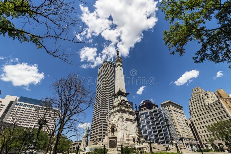 Indianapolis - circa im Juni 2017: Im Stadtzentrum gelegene Skyline Indianapolis auf Sunny Day vom Monument-Kreis mit dem Salesfo lizenzfreies stockbild