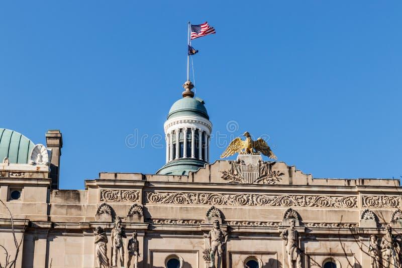 Indianapolis - circa im März 2018: Gold Eagle auf Indiana State House durch die Kapitol-Haube III lizenzfreie stockbilder