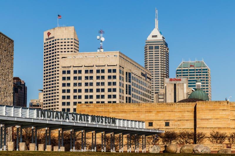 Indianapolis - circa im März 2018: Im Stadtzentrum gelegene Skyline Indianapolis mit Indiana State Museum auf Sunny Day VI lizenzfreies stockfoto