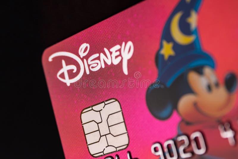 Indianapolis - Circa Juli 2018: Disney-embleem op een creditcard Disney verpakt omhoog de aankoop van 21ste Century Fox IV stock fotografie