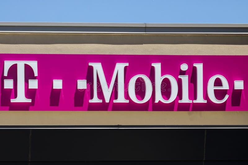Indianapolis - Circa Juli 2017: Trådlöst lager för T-Mobile detaljhandel Deutsche Telekom är aktieägaren för majoriteten för T-Mo royaltyfria foton