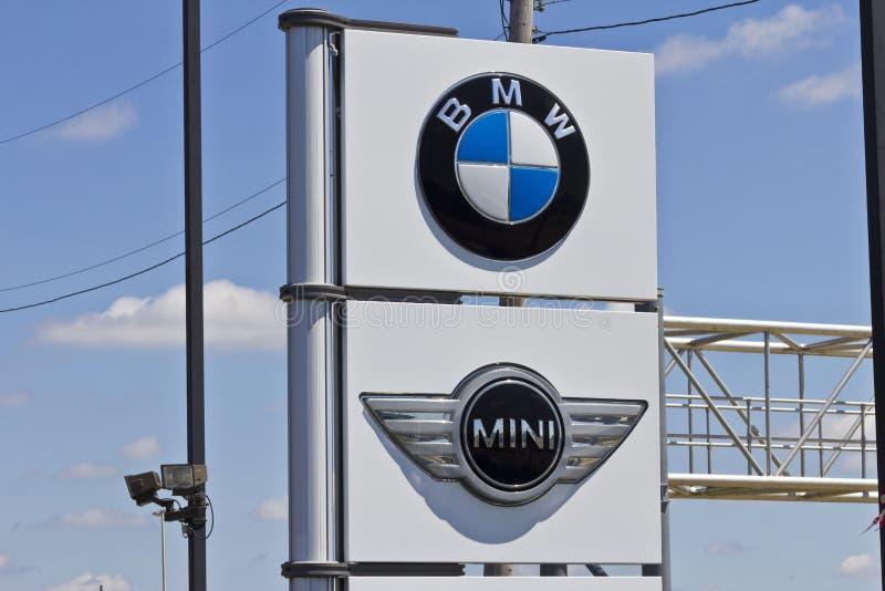 Indianapolis - circa julio de 2016: BMW y Mini Dealership locales BMW es fabricante de automóviles de lujo Based en Alemania III imagen de archivo libre de regalías