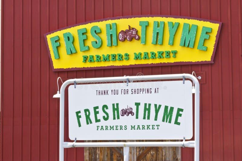 Indianapolis - circa julio de 2016: Mercado fresco de los granjeros del tomillo El tomillo fresco ofrece la comida fresca y sana  foto de archivo
