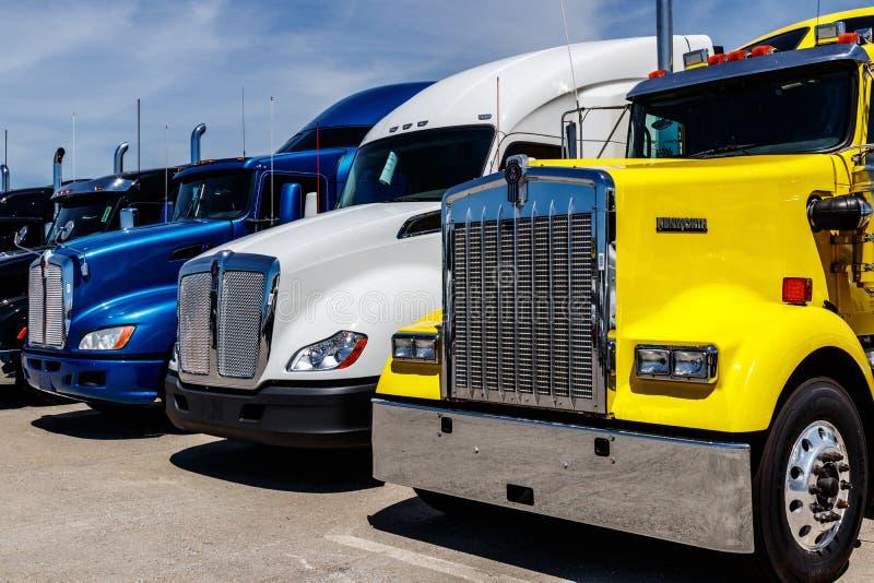 Indianapolis - Circa Juni 2018: Färgrika halva traktorsläplastbilar ställde upp till salu I arkivbilder