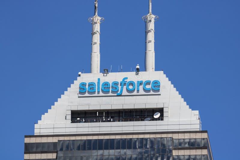 Indianapolis - Circa Juni 2017: För en tid sedan bytt namn på Salesforce torn Salesforce com är ett molnberäkningsföretag I arkivbilder