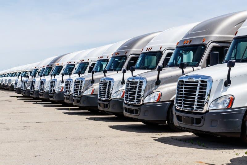 Indianapolis - circa junio de 2018: del reightliner camiones del tractor remolque semi alineados para la venta Freightliner es po imagen de archivo