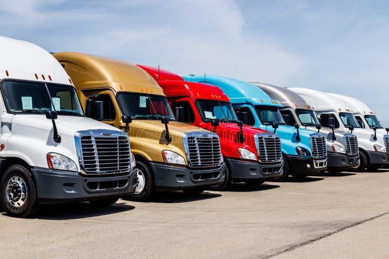 Indianapolis - circa junio de 2018: De Freightliner camiones coloridos del tractor remolque semi alineados Freightliner es poseíd fotos de archivo