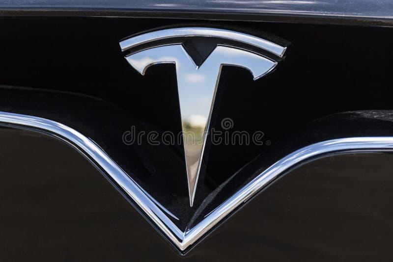 Indianapolis - circa junio de 2017: Tesla viaja en automóvili la concesión de coche local Tesla diseña y fabrica el sedán eléctri foto de archivo libre de regalías