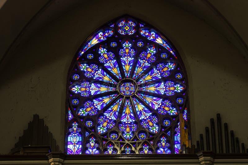Indianapolis - Circa Maart 2017: St Mary Catholic Church Stained Glass Venster die op het Zuiden Rose Window II lijken stock afbeelding