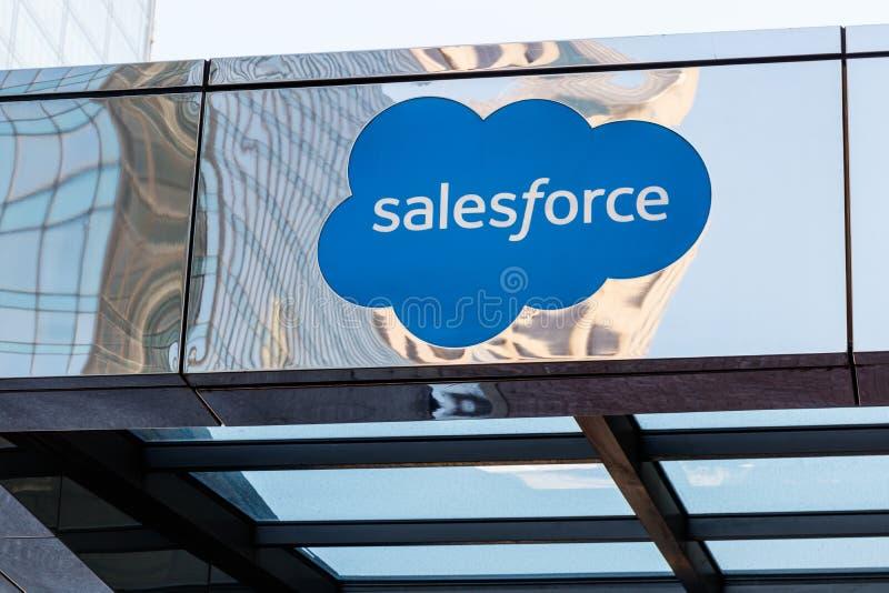 Indianapolis - Circa Maj 2018: Yttersidan av det Salesforce tornet Salesforce com är ett beräkningsföretag I fotografering för bildbyråer