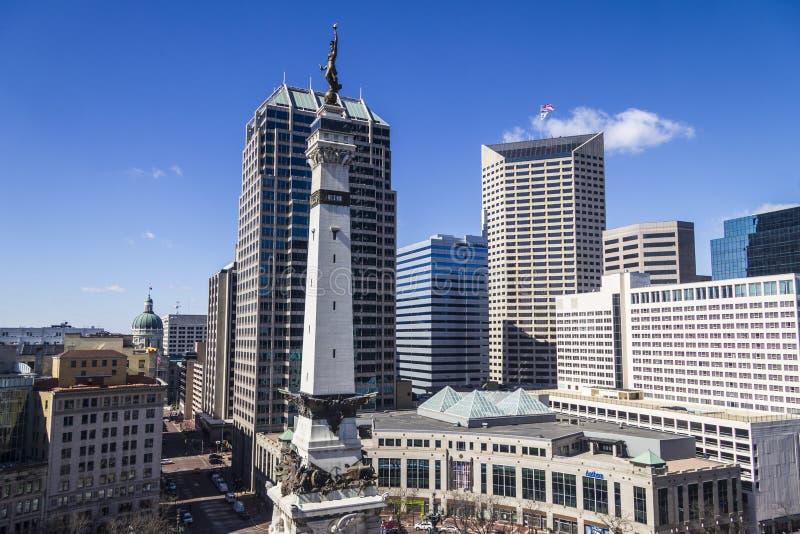 Indianapolis - Circa mars 2017: Indianapolis i stadens centrum horisont från monumentcirkel på en Sunny Day dropp arkivfoton