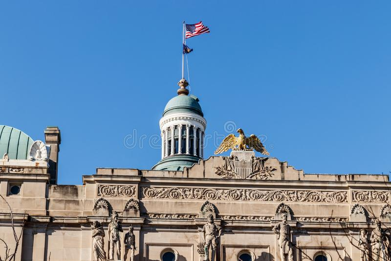 Indianapolis - circa marzo 2018: Oro Eagle in cima ad Indiana State House dalla cupola III del Campidoglio immagini stock libere da diritti