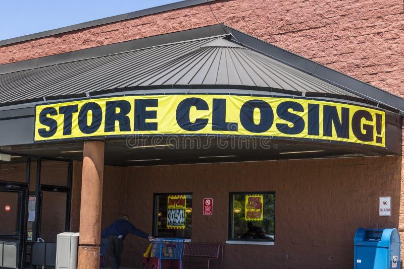 Indianapolis - circa mayo de 2017: Almacene la muestra cerrada en una salida del mercado del ultramarinos del negocio II foto de archivo