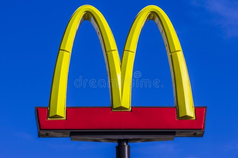 Indianapolis - circa octubre de 2017: Ubicación del restaurante del ` s de McDonald El ` s de McDonald es una cadena de los resta imagenes de archivo