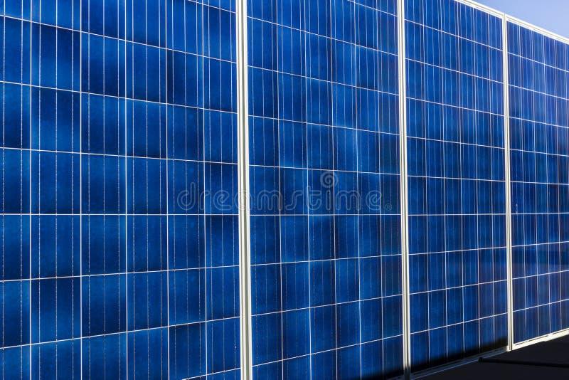 Indianapolis - Circa Oktober 2017: Mobila Photovoltaic solpaneler på släp Det ultimat i portable och reservkraft II royaltyfria foton