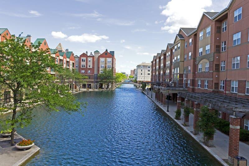 Indianapolis do centro, Indiana, ao longo do canal central imagens de stock
