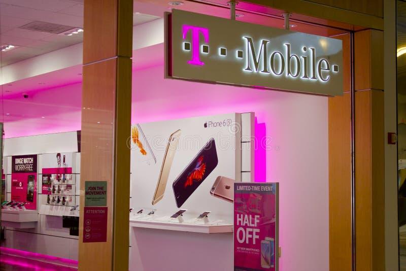 Indianapolis - Februari 2016: Trådlöst lager för T-Mobile detaljhandel arkivfoton