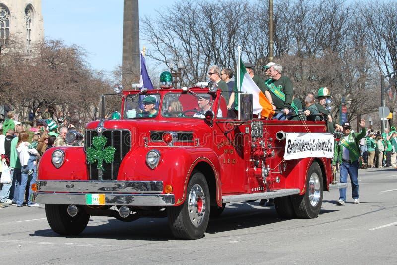Indianapolis-Feuerwehrmann-Vereinsmitglieder im Ruhestand, die Leute an der jährlichen des St Patrick Tagesparade grüßen stockbild