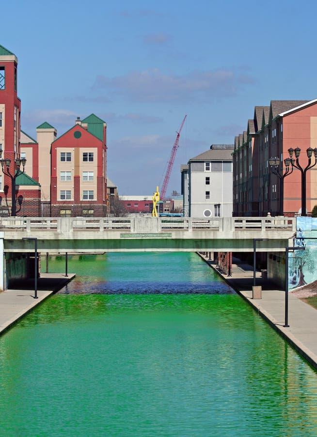 Im Stadtzentrum gelegener Indianapolis-Kanal färbte Grün für den des St Patrick Tag lizenzfreies stockfoto