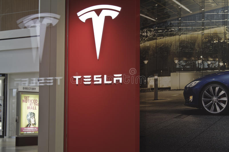 INDIANAPOLIS - OCTOBER 2015: Tesla Motors Store in Indianapolis Selling Electric Cars II stock images