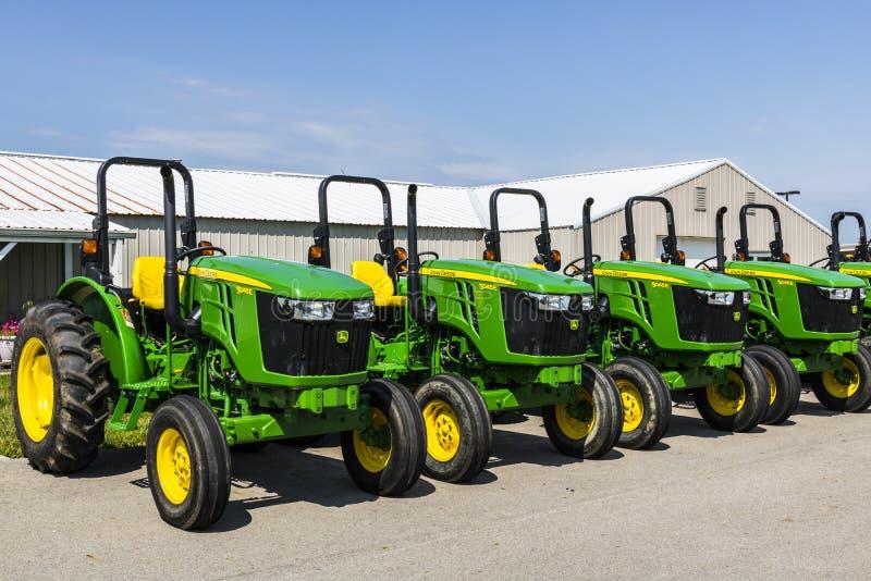 Indianapolis - Około Sierpień 2017: 5045E ciągniki przy John Deere przedstawicielstwem handlowym Deere fabrykuje rolniczą maszyne zdjęcie royalty free