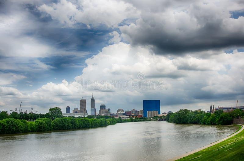 Indianapolis-Skyline Panoramabild von Indianapolis-Skylinen an stockfotografie