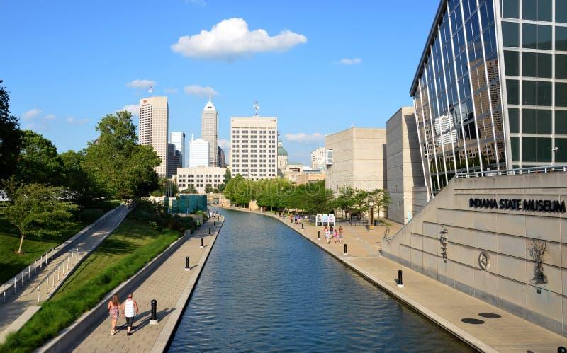 Indianapolis-Skyline vom Kanal-Weg stockbild