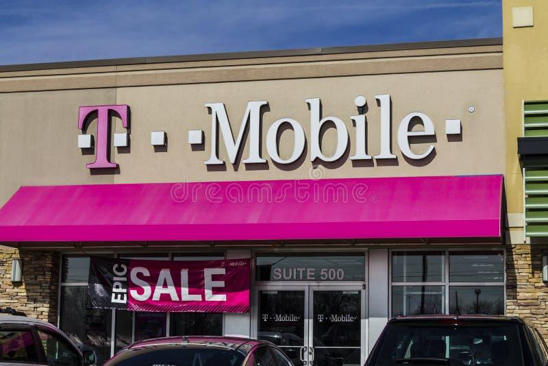 Indianapolis - vers en février 2017 : Magasin sans fil détaillant de T-Mobile Deutsche Telekom est actionnaire majoritaire du ` s images libres de droits