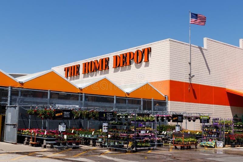 Indianapolis - vers en mai 2018 : Emplacement de Home Depot battant pavillon américain Home Depot est le plus grand détaillant d' image libre de droits