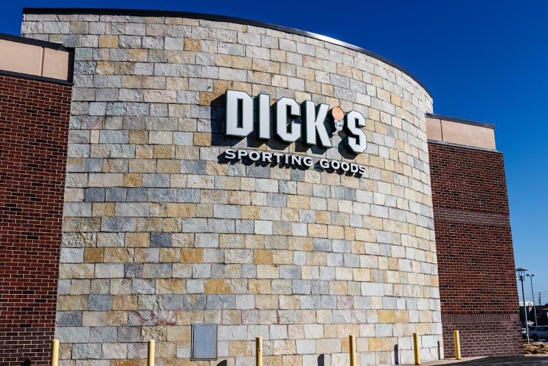 Indianapolis - vers en mars 2018 : Les marchandises sportives du ` s de Dick vendent l'emplacement au détail Le ` s de Dick a int photos libres de droits