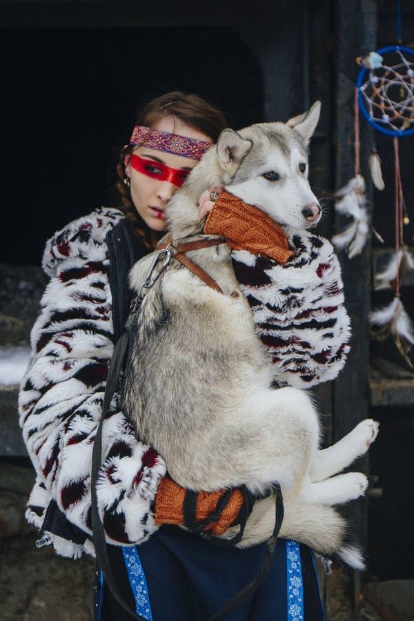 Indianflicka med hunden arkivfoton