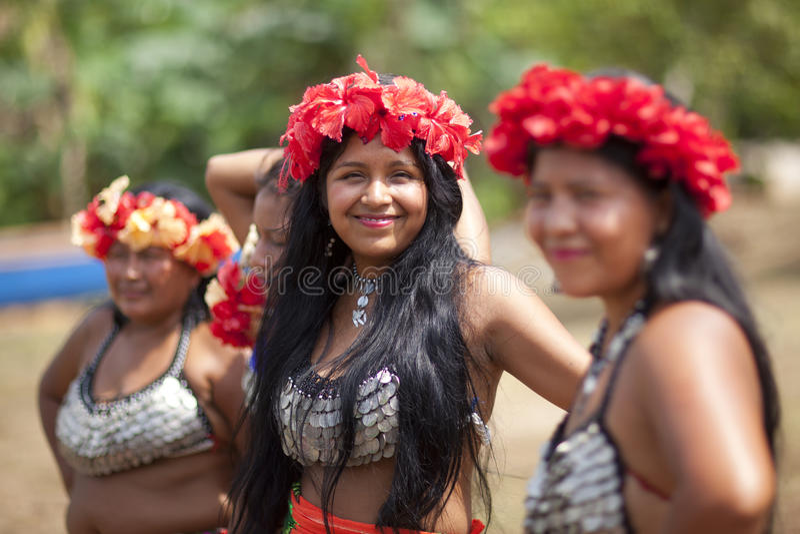 Indianflickor och kvinna, Embera stam fotografering för bildbyråer