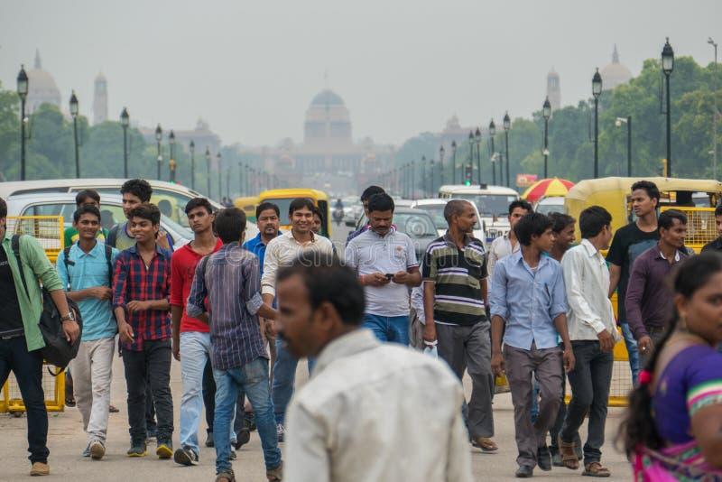 Indiani in mezzo alla strada di traffico immagine stock