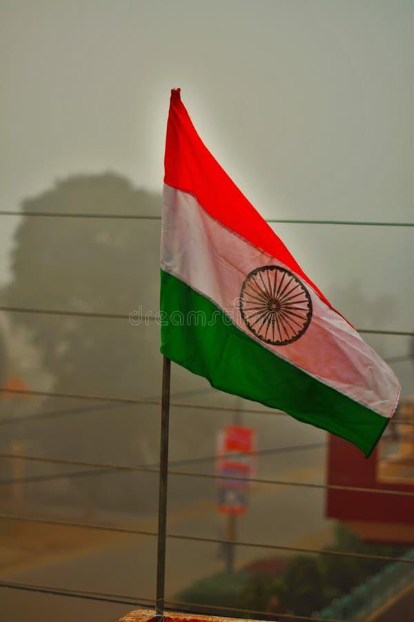 INDIANIN flaga ZAWIJAJĄCA W smogu wczesnym poranku zdjęcie stock