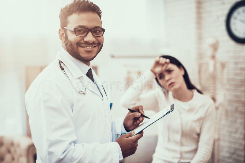 Indianin lekarka widzii pacjentów w biurze Lekarka bierze notatki na kobieta objawach fotografia royalty free