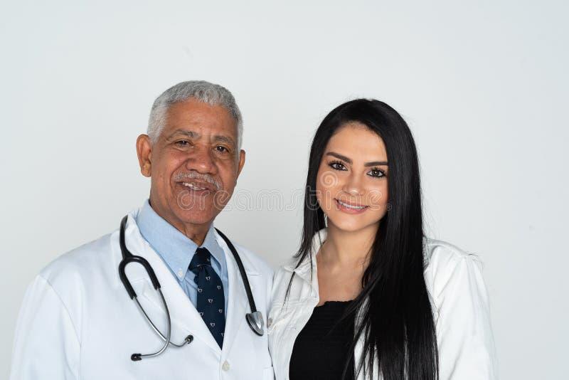 Indianin lekarka Z pacjentem Na Bia?ym tle zdjęcia royalty free