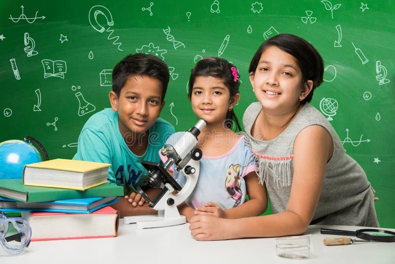Indianin nauka i dzieciaki zdjęcie royalty free