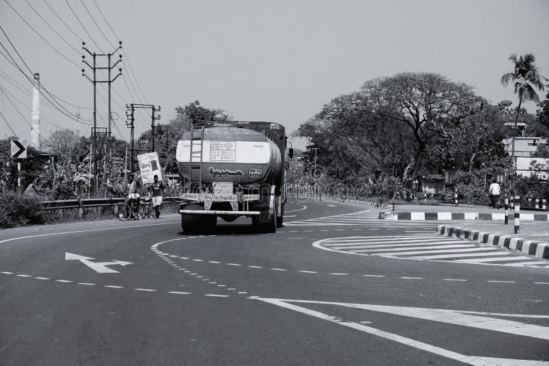Indianina przewożenia ciężarowa benzyna na autostradzie, B&W wizerunek zdjęcie royalty free