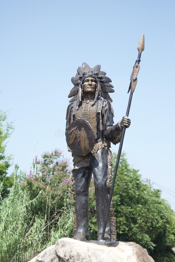 Indiano del nativo americano con la lancia e lo schermo immagine stock
