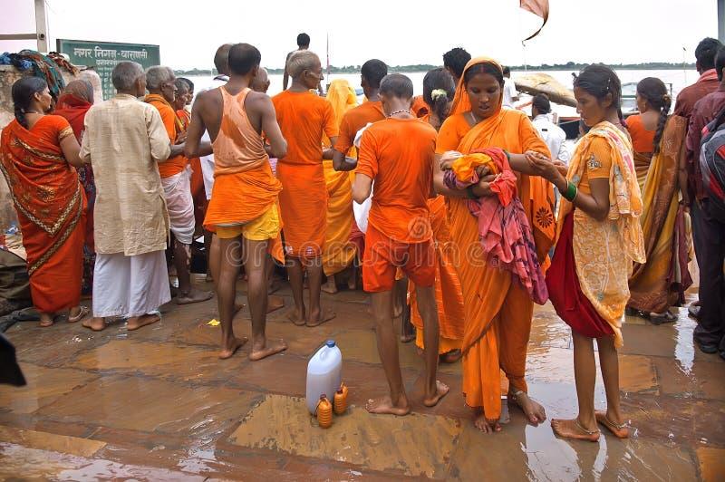 Indiano della gente divertendosi mentre prendendo bagno rituale nel Gange fotografia stock libera da diritti