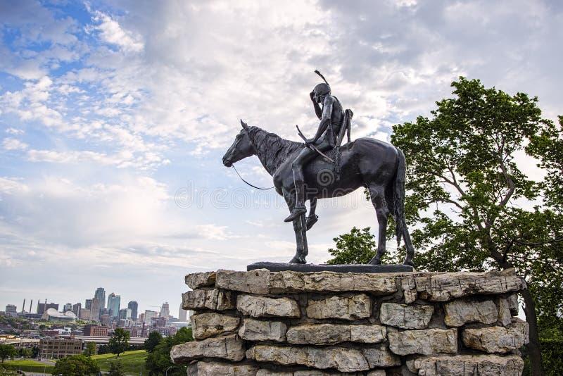 Indiano, escuteiro, cavalo, Kansas City Missouri, construções fotos de stock