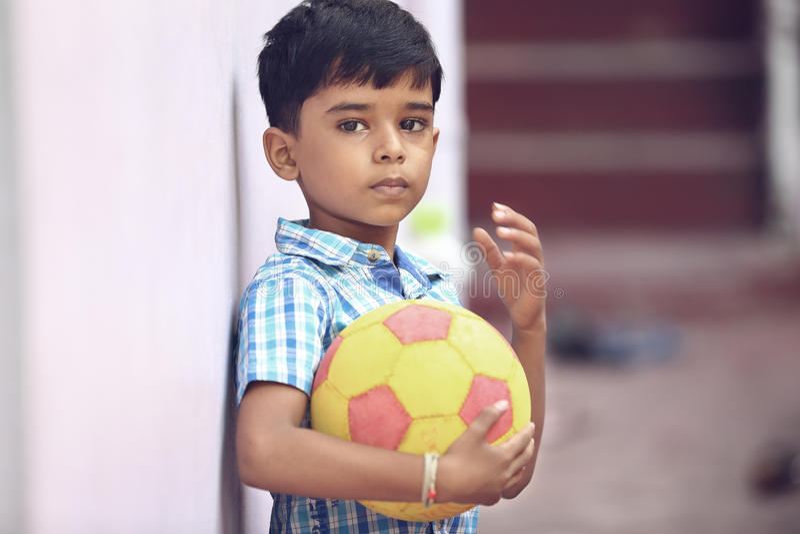 Indiano Little Boy com futebol fotos de stock royalty free