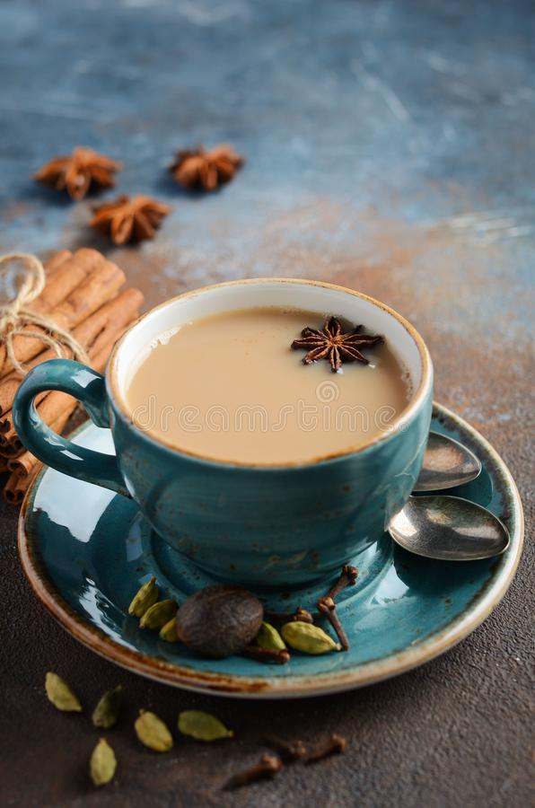 Indiano Masala Chai Tea Chá temperado com leite no fundo oxidado escuro imagens de stock royalty free
