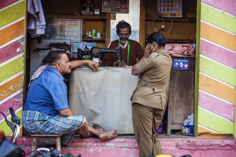 Indiano taylor que trabalha na rua foto de stock