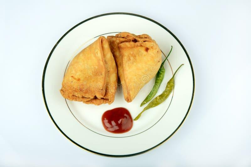 Indiano Veg Samosa con salsa ed il peperoncino rosso fotografia stock libera da diritti